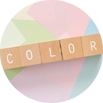 アルファベットの書かれた積み木が「COLOR」と並んでいる写真