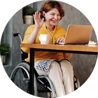 オンライン授業を受けている車椅子の女性の写真