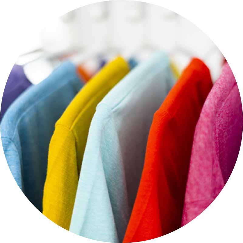 色とりどりの洋服が並んでいる写真