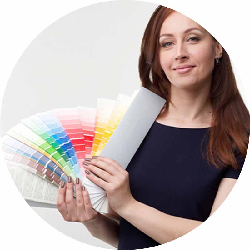 色見本を持った女性の写真