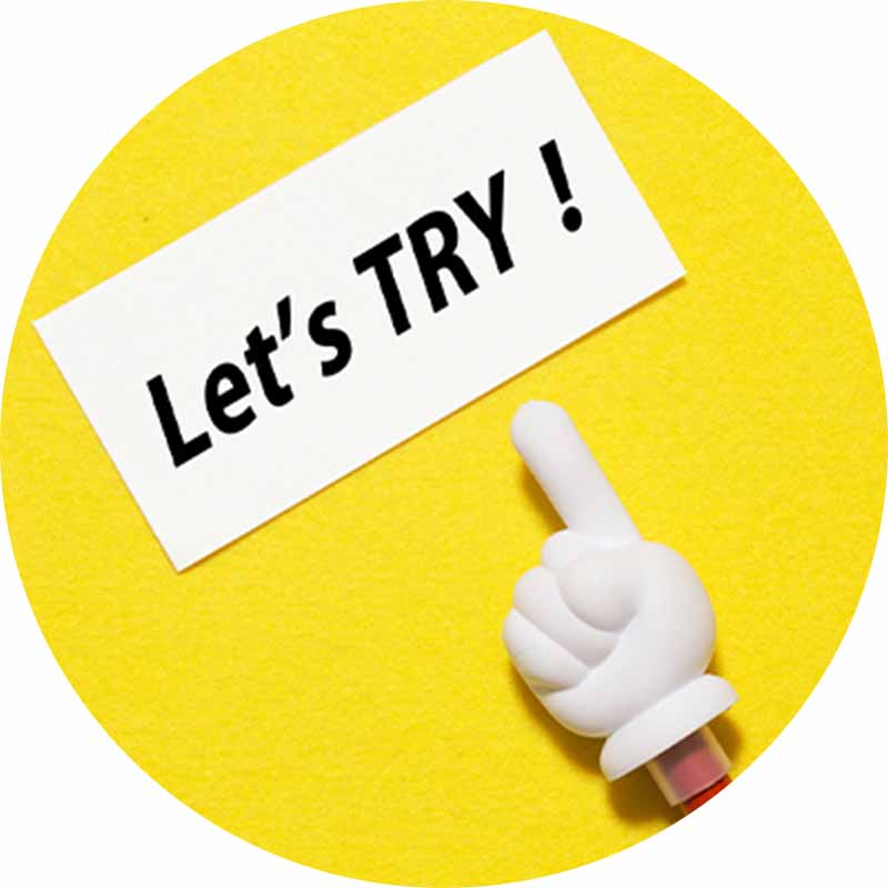 「Let's TRY!」と書かれた紙と指の模型